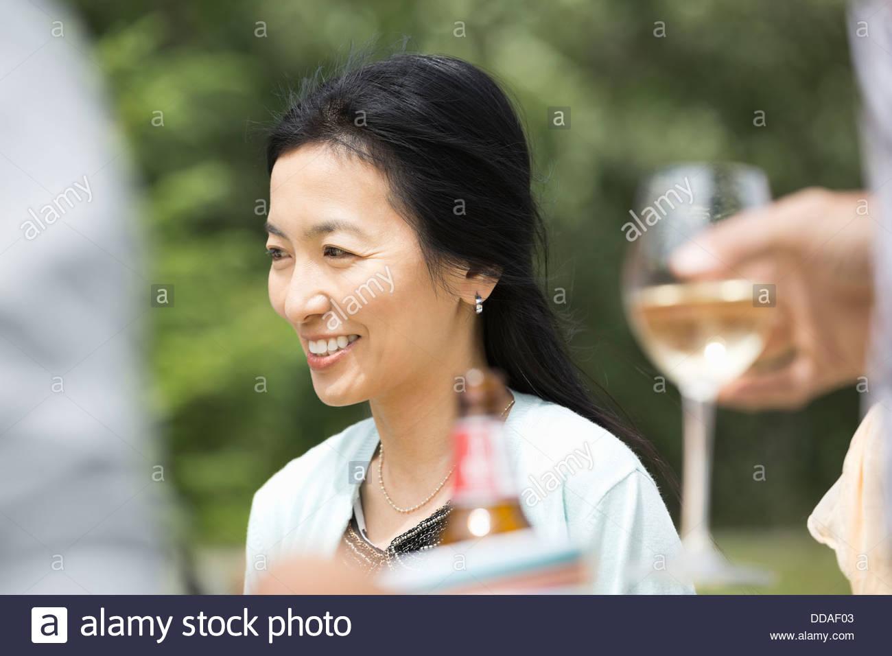 Reife Frau lächelnd im freien Stockbild