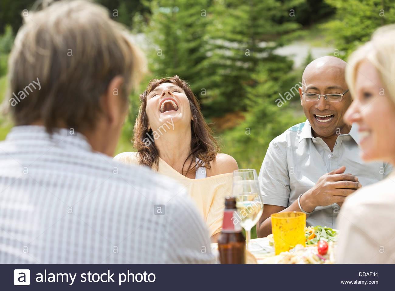 Paar lachen während geselliges Beisammensein Stockbild