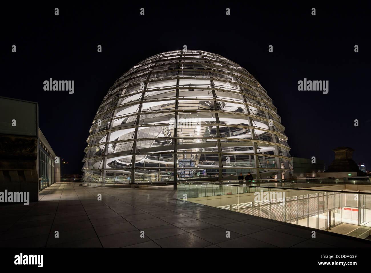 die Reichstagskuppel bei Nacht, Berlin, Deutschland Stockbild