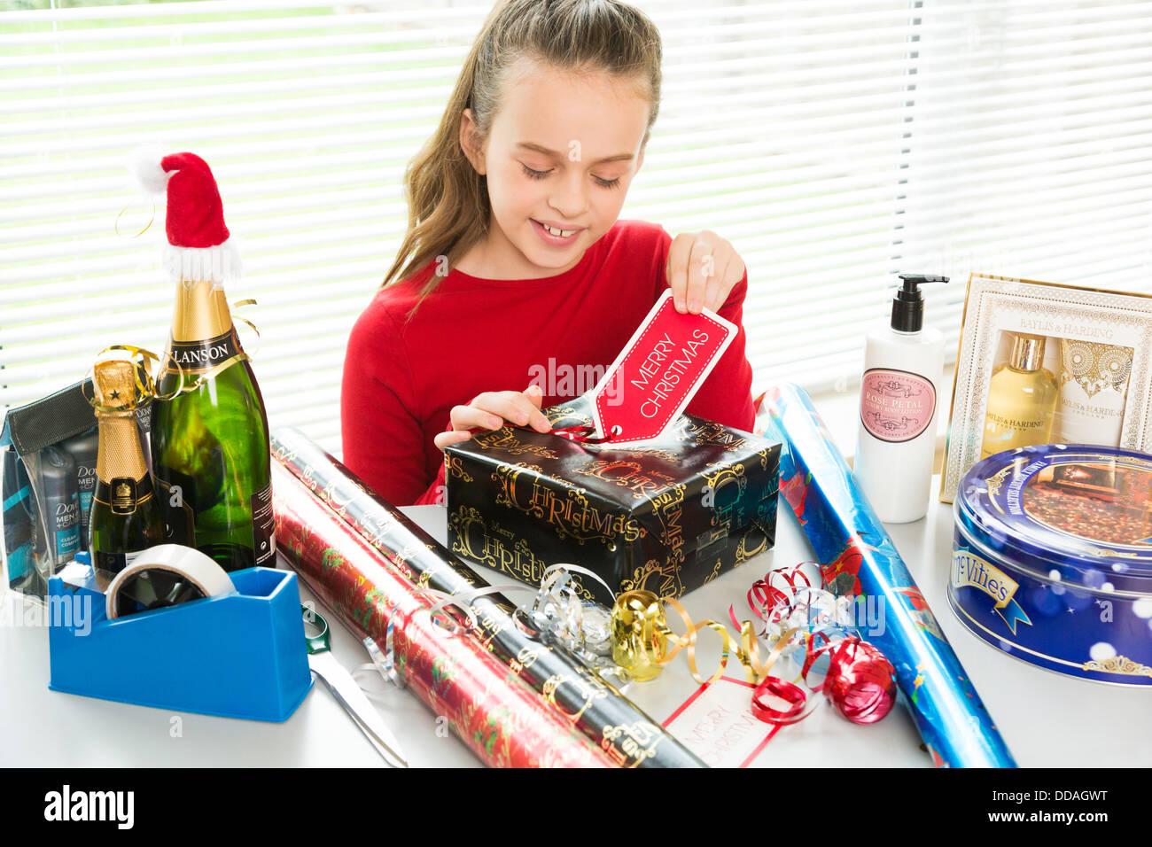 junges Mädchen Nachbereitung Weihnachtsgeschenke und Geschenke ...