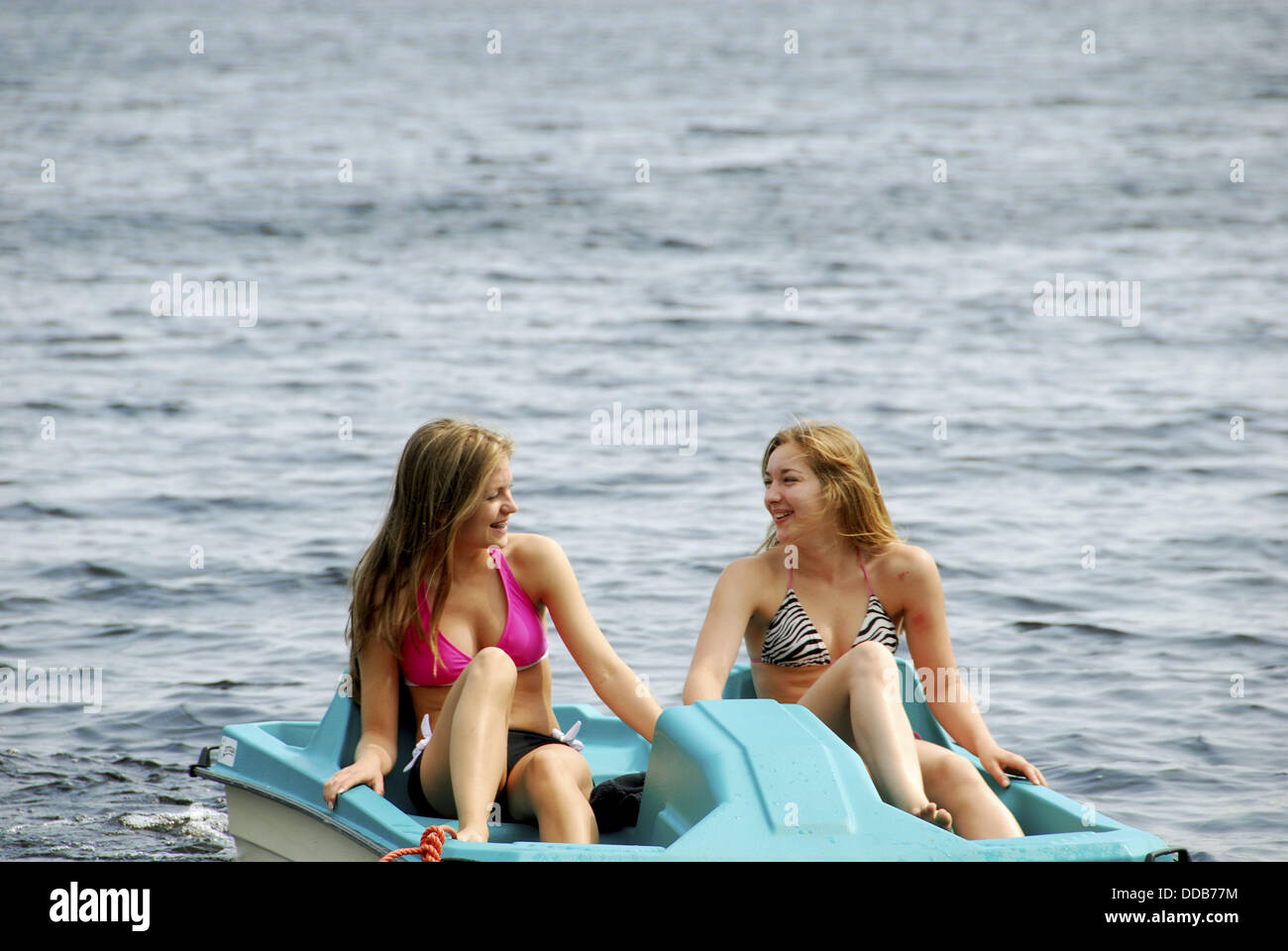 girl 13 m dchen 18 jahre auf see im tretboot stockfoto bild 59868808 alamy. Black Bedroom Furniture Sets. Home Design Ideas