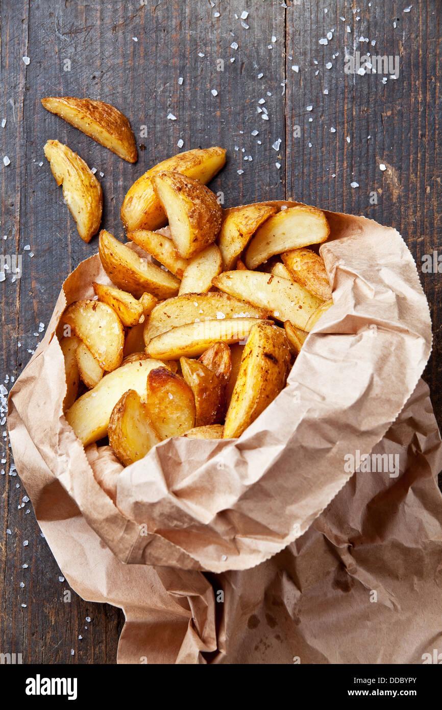 Gebratene Kartoffel Landhausstil in Papiertüte Stockbild