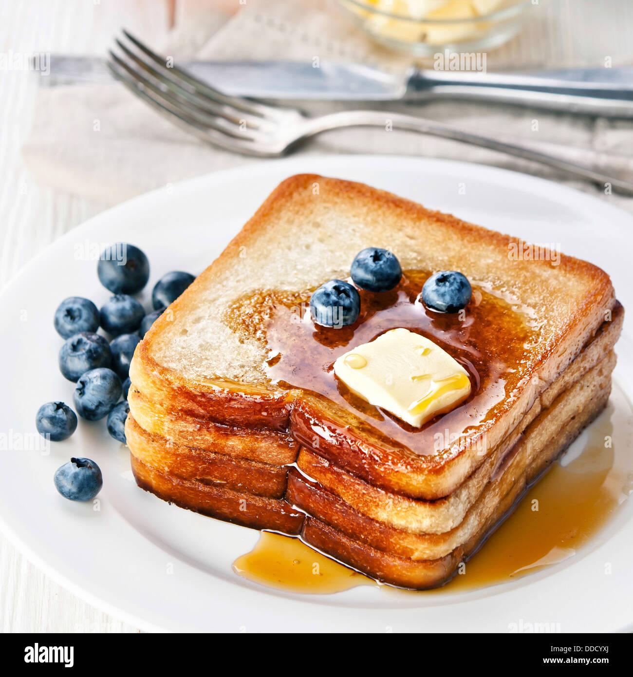French Toast mit Ahornsirup, Blaubeeren und butter Stockbild