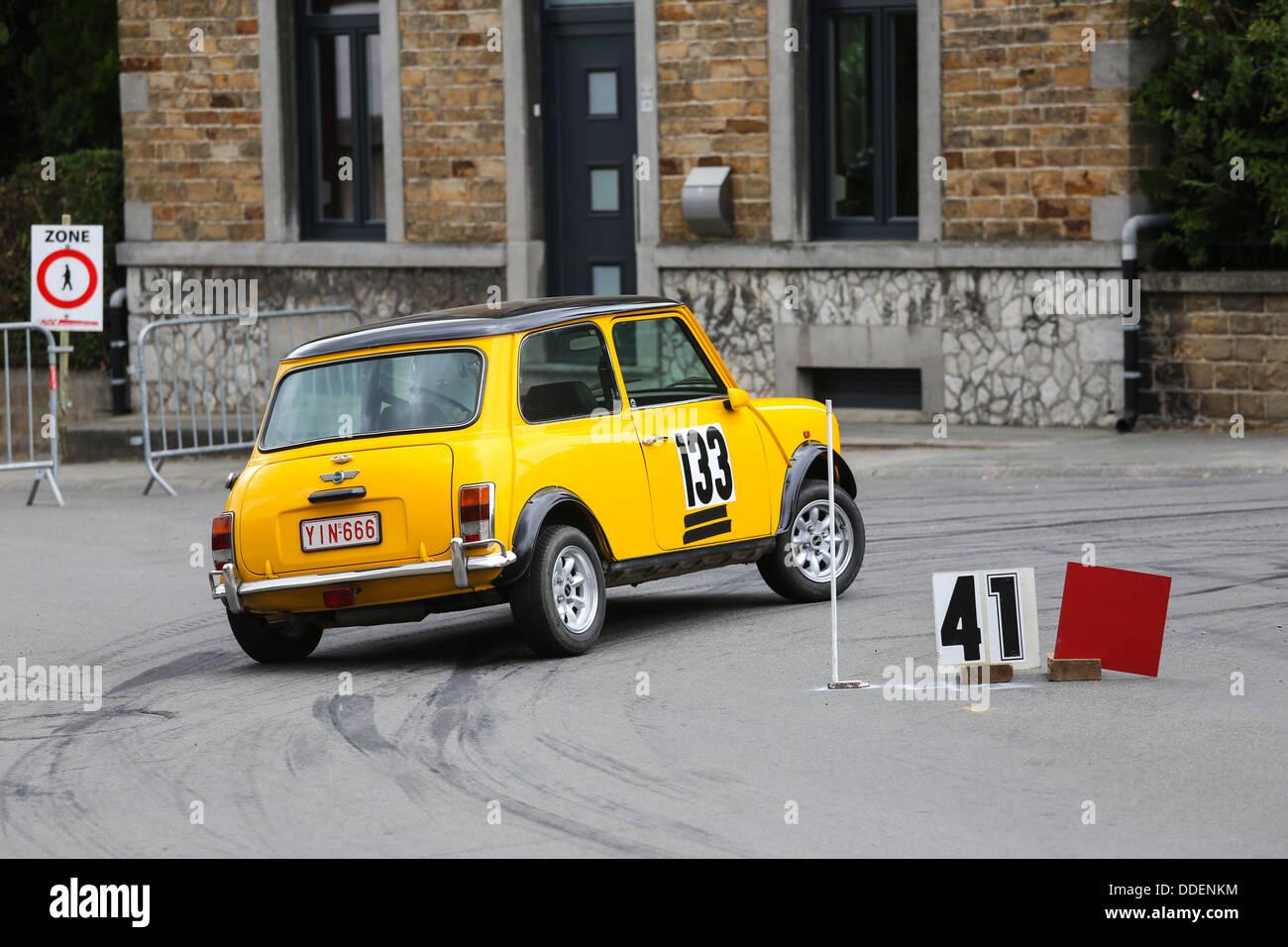 gelbe mini cooper rallye auto unter einer kurve bei einem. Black Bedroom Furniture Sets. Home Design Ideas