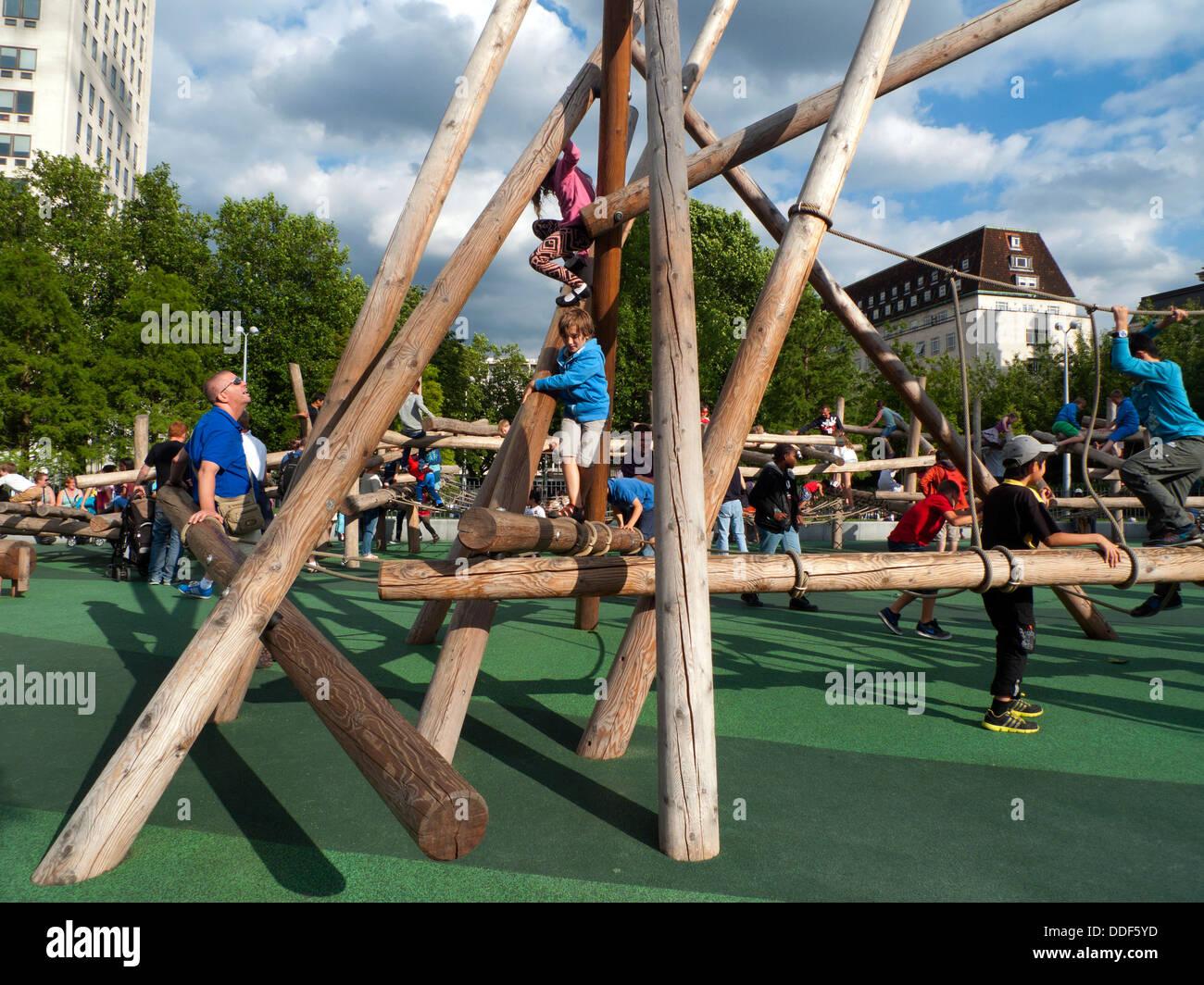 Kinder Klettergerüst Holz : Kinder spielen im freien auf einem baumstamm holz klettergerüst