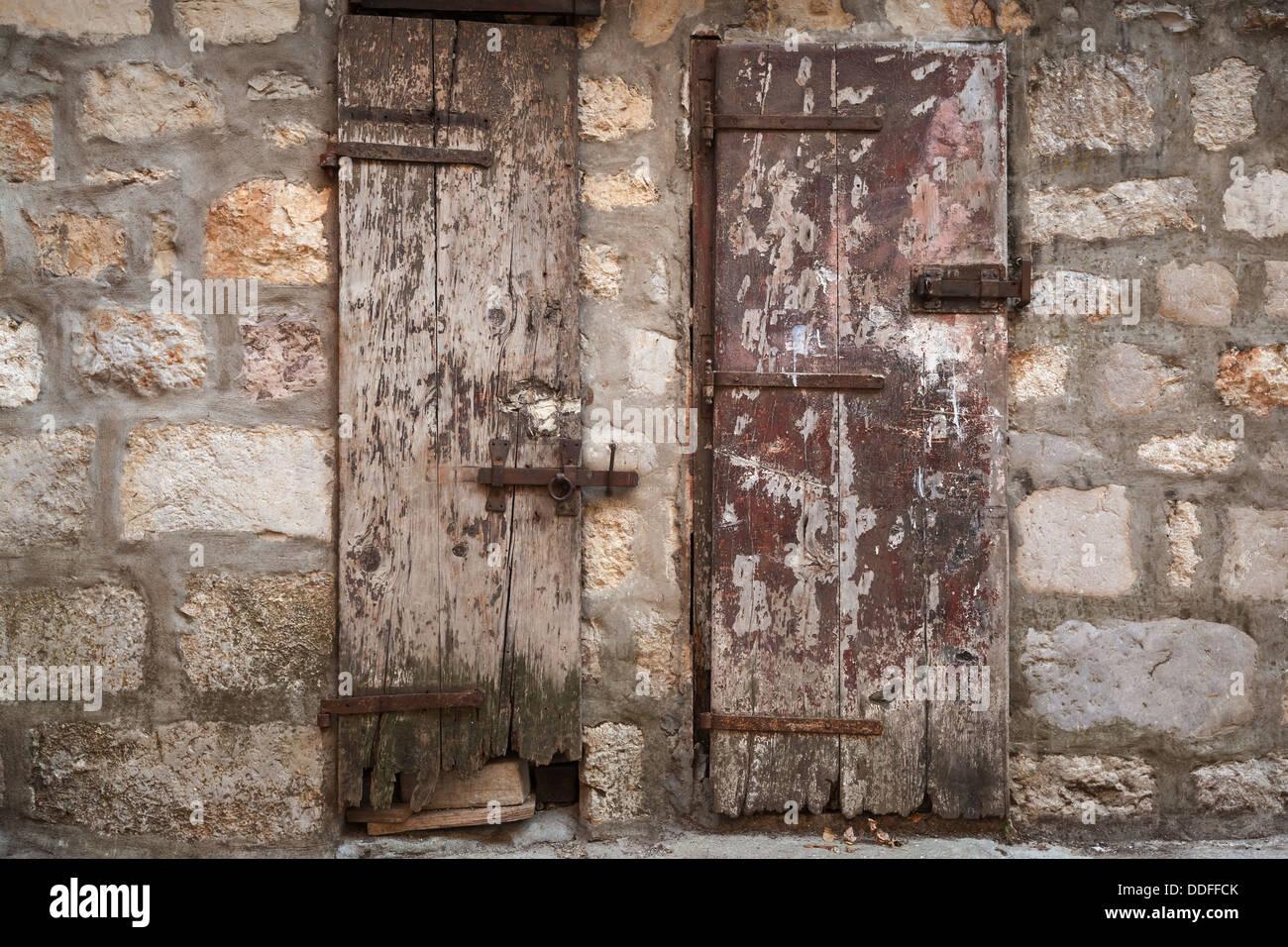 Alte Holztüren alte holztüren in grauen steinwand gesperrt perast stadt