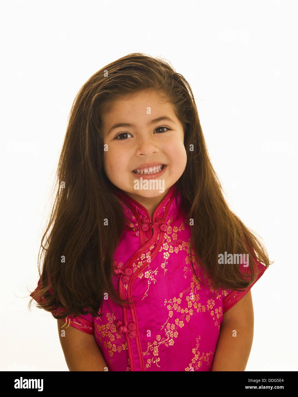 Vier Jahre Altes Mädchen Mit Langen Braunen Haaren In Rosa