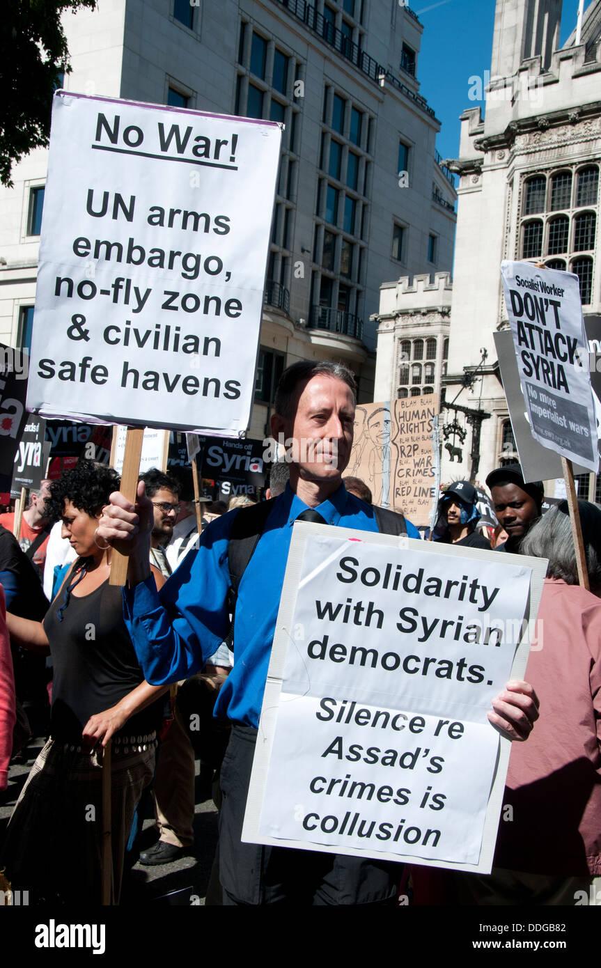 Demonstration gegen jede Einmischung in Syria.Peter Tatchell, politischer Aktivist, hält zwei Plakate Stockbild