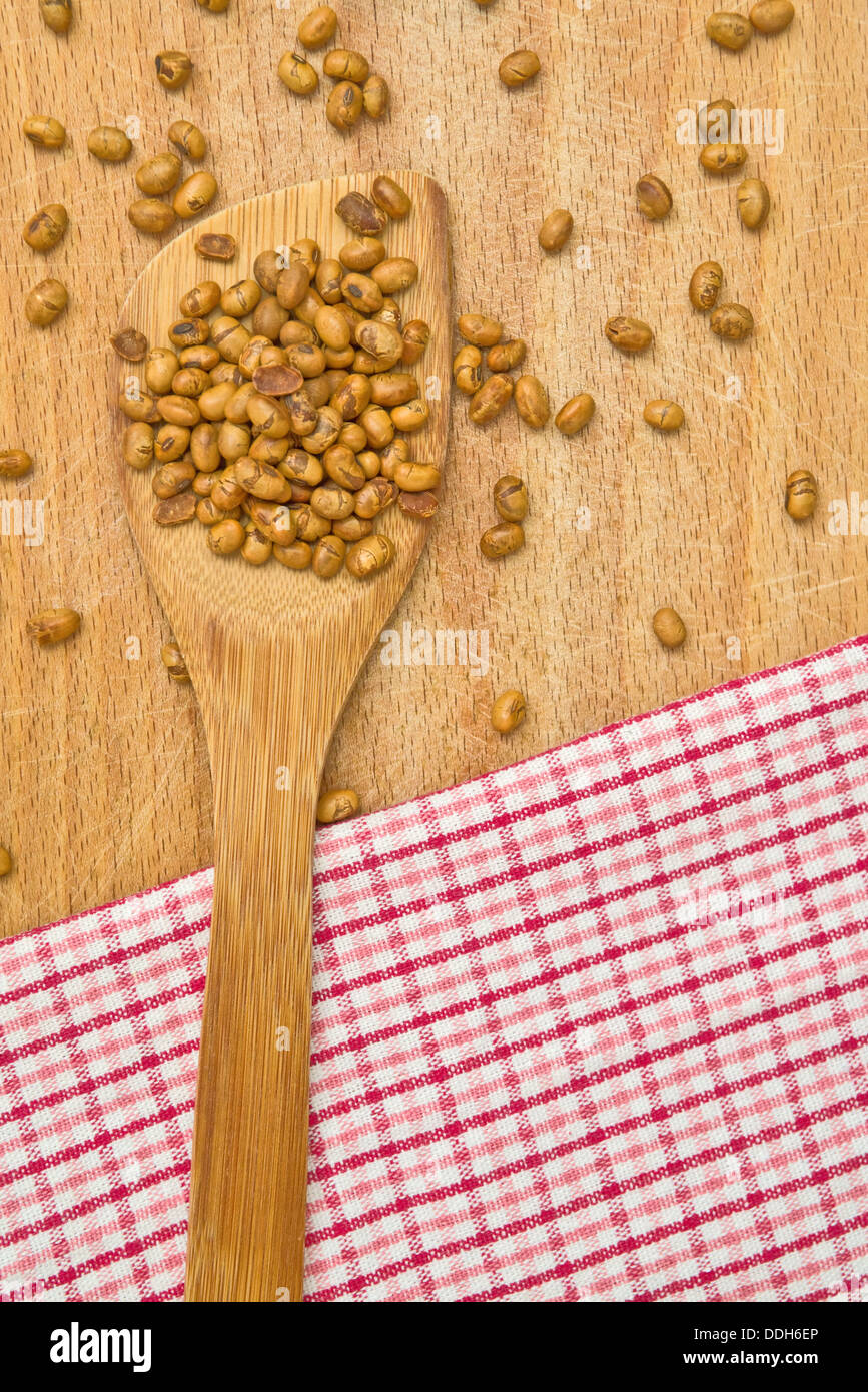 Sojabohnen auf Holz Küchenutensil auf dem Tisch. Stockbild
