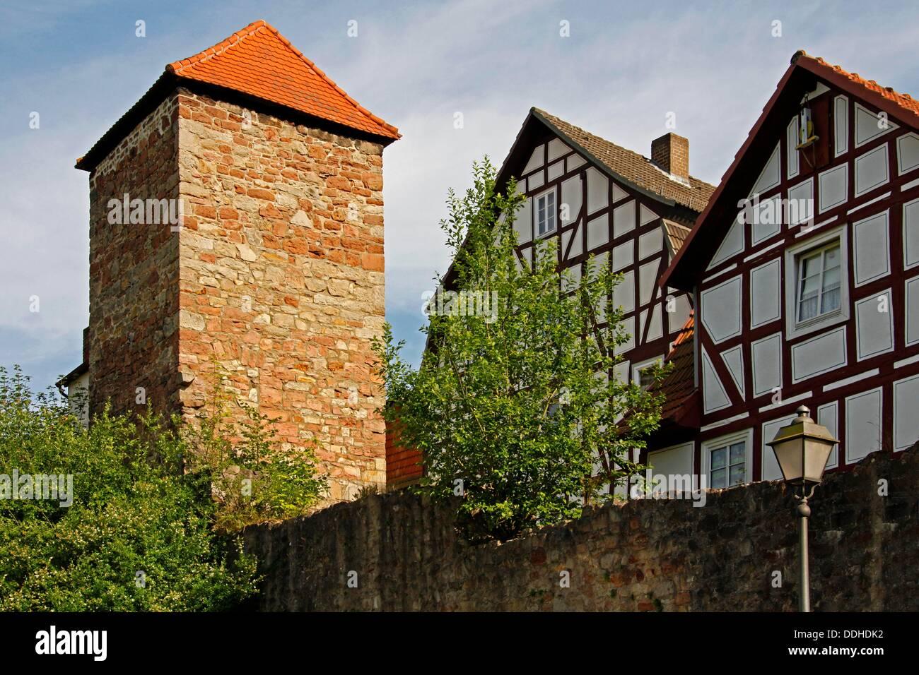 Turm der Stadtmauer, Fachwerk Häuser, Spangenberg, Schwalm-Eder-Kreis, Hessen, Deutschland Stockfoto