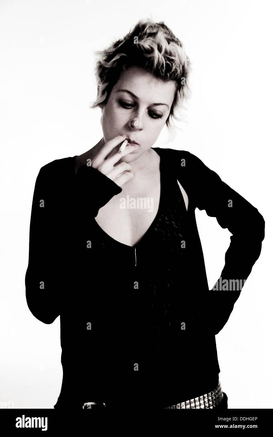 Studio-Porträt eines alternativen junge Mädchen Rauchen. Stockbild