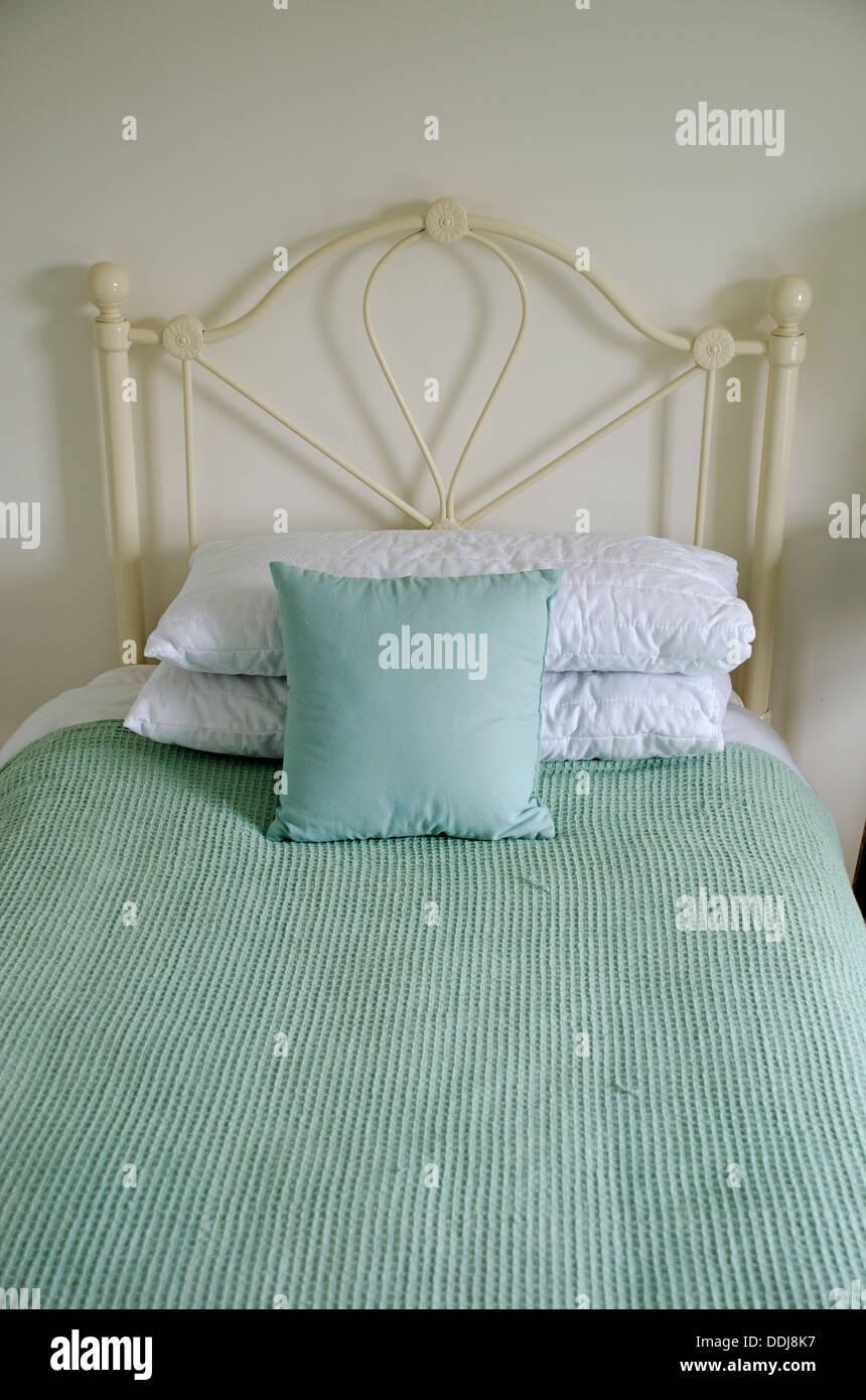 Eisen Bett Kissen Kissen Tagesdecke Stockfoto Bild 60023579 Alamy