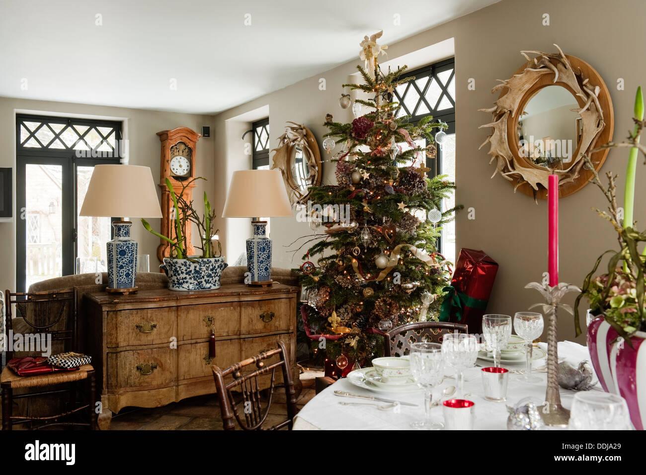 Geschmückter Weihnachtsbaum im Ferienhaus Speisesaal mit Geweih ...