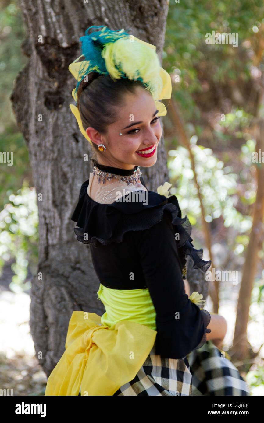 Jugendliches Cancan-Tänzerin posiert auf dem französischen Festival in Santa Barbara, Kalifornien Stockbild