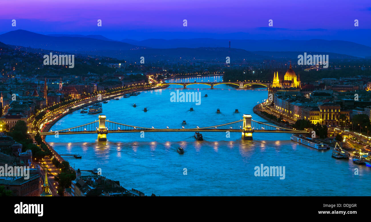 Blick über die Donau und ihre Brücken und Parlament vom Gellertberg bei Sonnenuntergang. Budapest, Ungarn Stockbild