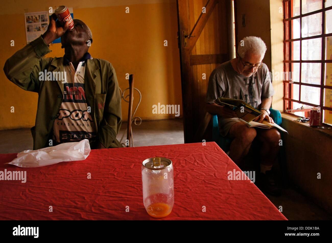 Bier, Tourismus und Africa, Gweta, Botswana Stockbild