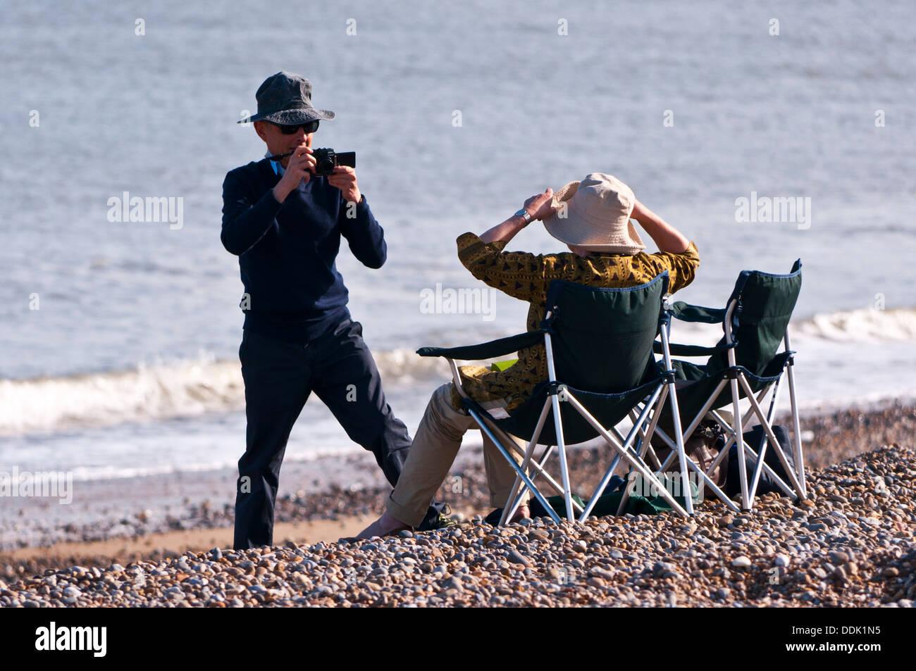 Rentner-paar am Strand fotografieren Stockbild