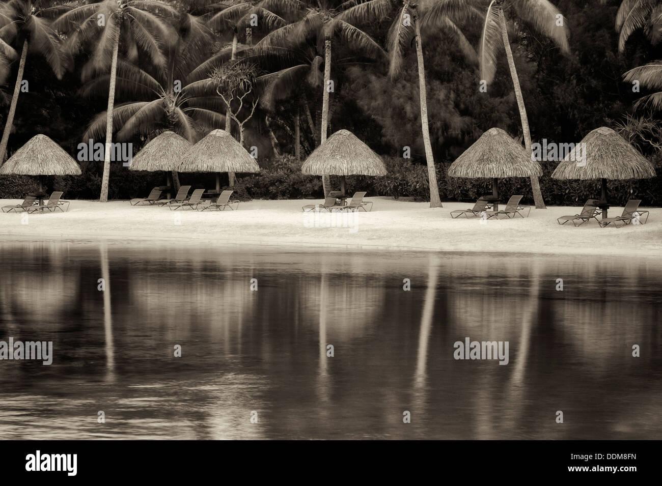 Strand an der Lagune mit Sonnenschirme und Liegestühle. Bora Bora. Französisch-Polynesien Stockbild