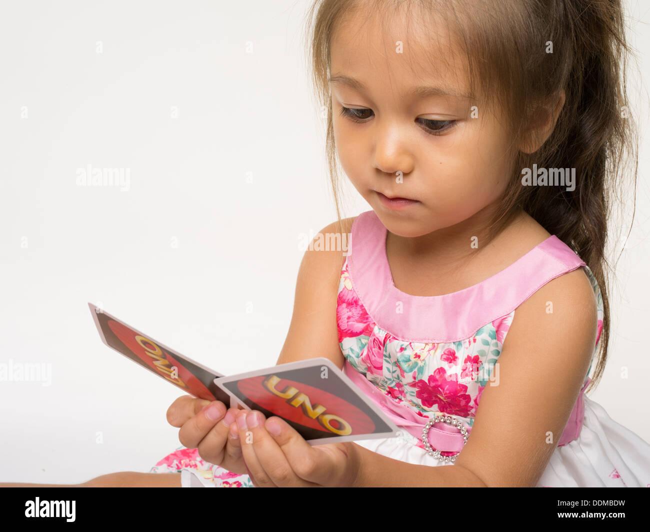 UNO Kartenspiel von Mattel mit jungen Mädchen Stockbild