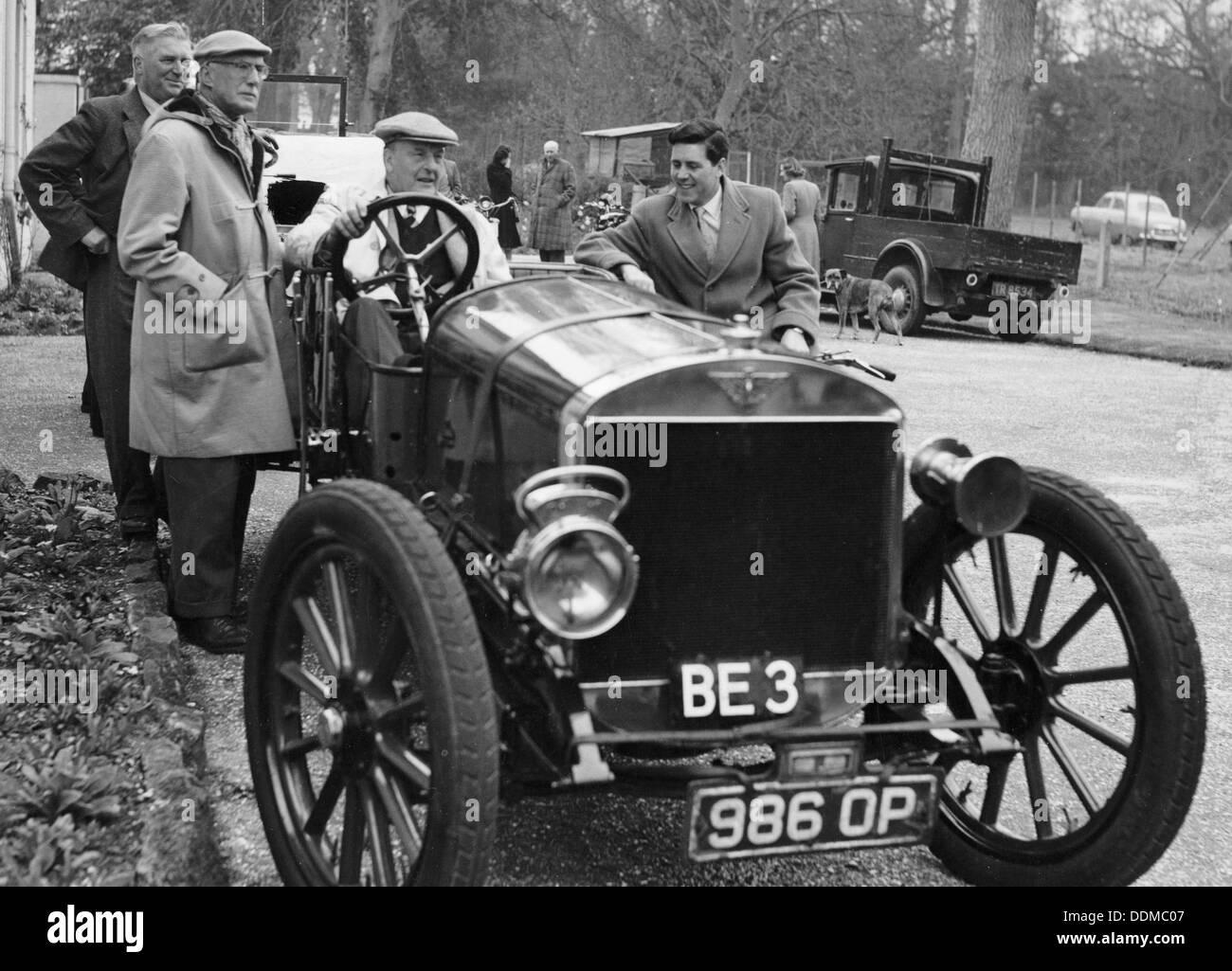 Lord Brabazon in den Fahrersitz eines Oldtimers, 1956. Stockbild