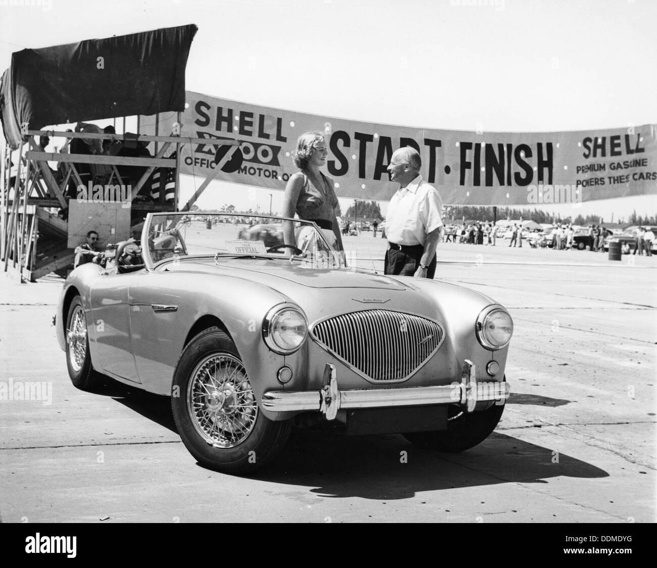 Donald Healey mit einem Austin Healey auf ein Autorennen. Stockbild
