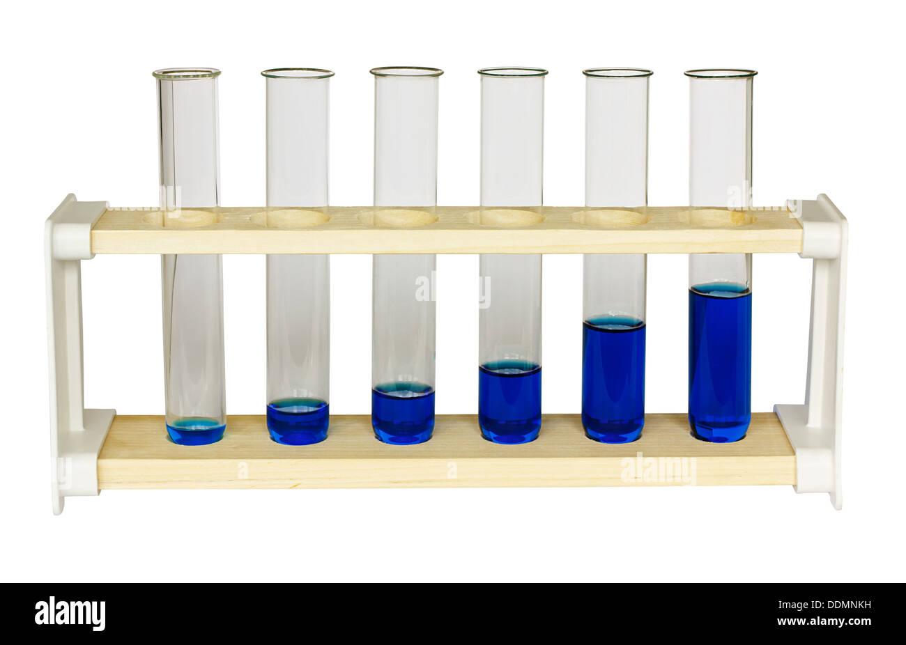 Testen Sie Rohre mit steigenden Mengen der blauen Lösung symbolisiert Wachstum Diagramm oder Erfolg graph Stockbild