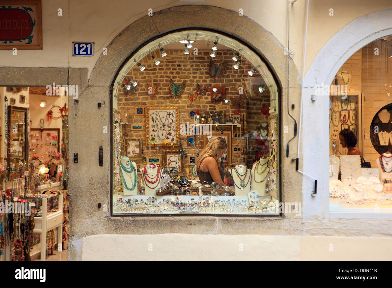 Schmuckgeschäft  Abend shopping in Korfu, Griechenland, wie eine Frau in einem ...
