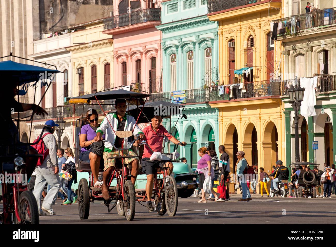 Fahrrad-Taxi und farbenfrohen Gebäuden in zentralen Havanna, Kuba, Karibik Stockbild