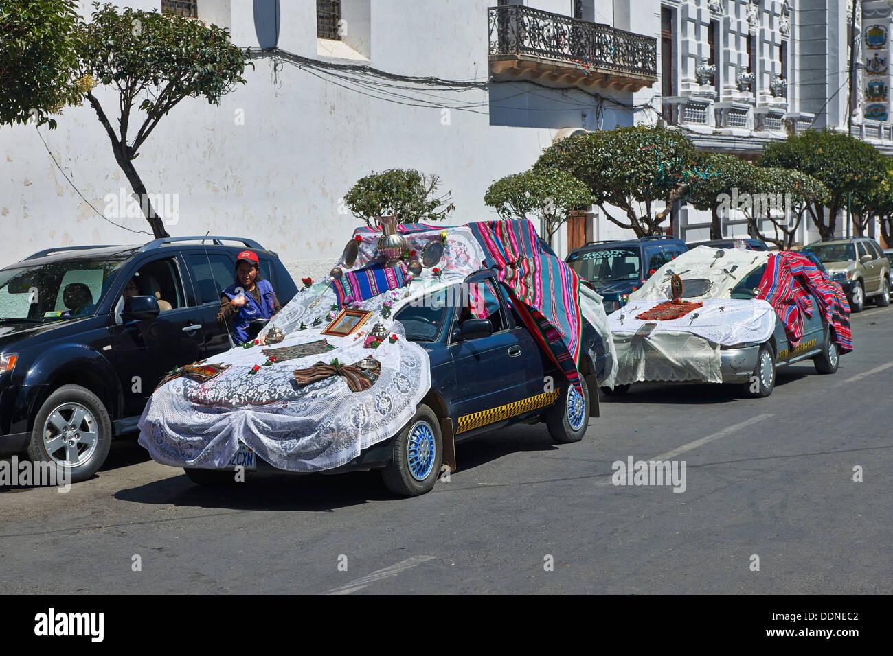 Auto dekoriert für einen religiösen Ritus, in Sucre, Bolivien Stockfoto