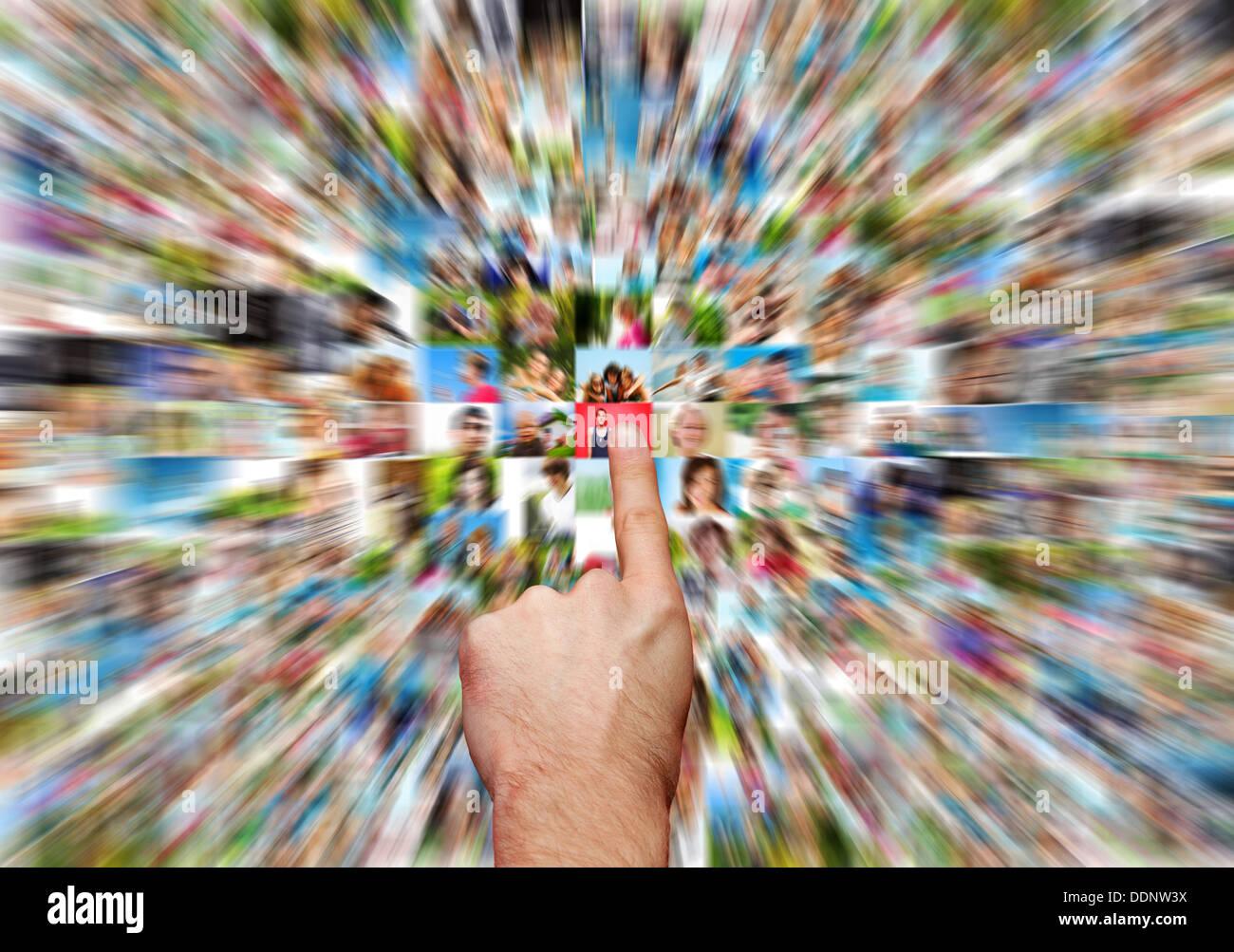 Social Media Network Konzept, hand Auswahl einer Netzwerk Kontakt Stockbild
