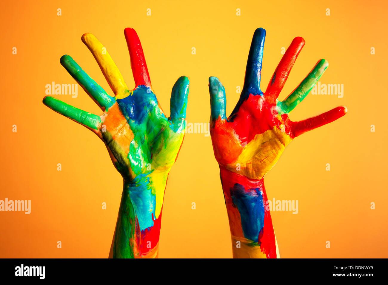 Bunt bemalte Hände - Kreativität / Künstler / künstlerisch / Ideen / Glück / Diversity Stockbild