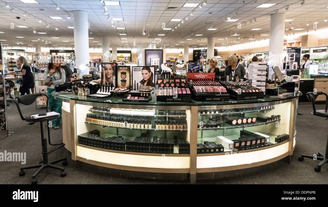 anspruchsvolle Display Zähler Shopper in der Kosmetikabteilung Nordstrom Kaufhaus Alderwood Mall Lynnwood Washington Stockbild