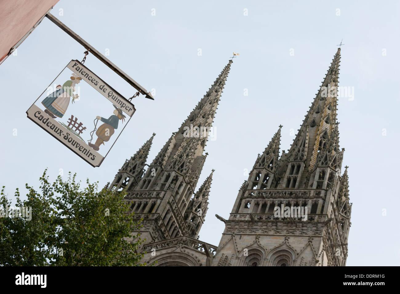 Melden Sie Draußen Einen Geschenkeladen In Quimper Frankreich Verkaufen  Fayencen Mit Im Hintergrund Die Türme Stockbild