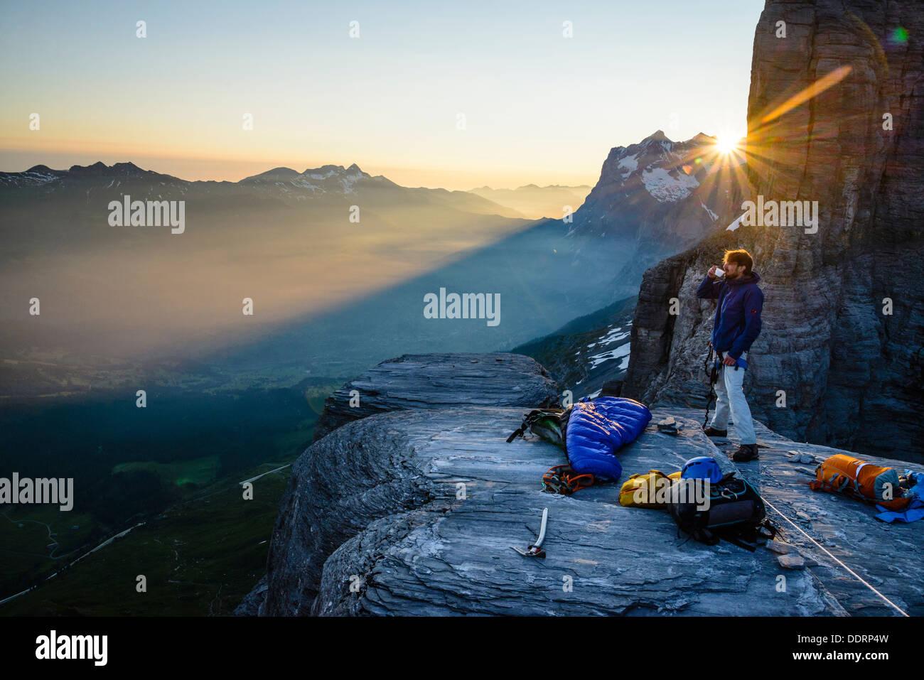 Kaffee am Morgen nach einem Biwak auf den Rotstock oberhalb Grindelwald Schweiz wie die Sonne löscht nur das Wetterhorn/Mittelhorn Stockbild