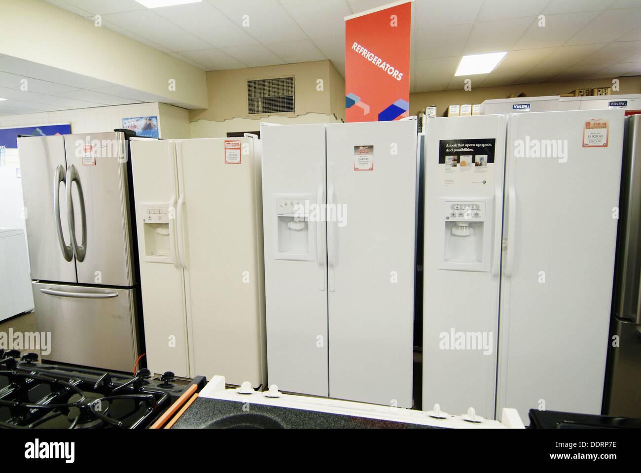 Anzeige neuer Kühlschrank Geräte im Store zum Verkauf Stockfoto ...