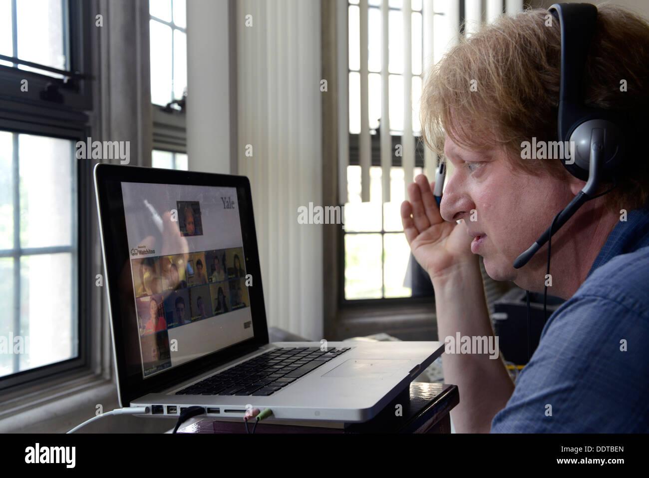 Yale-Psychologie-Professor Paul Bloom unterrichtet einen Klasse Abschnitt online aus seinem Amt. Yale macht einen großen Online-Schub. Stockbild