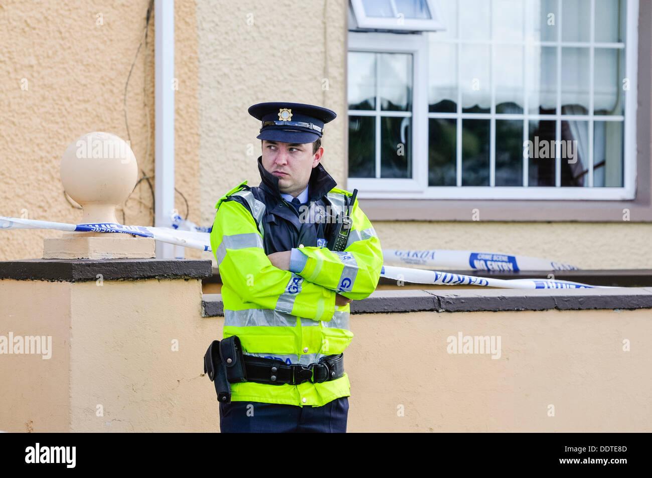 """Bailieborough, County Cavan, Irland, 6. September 2013 - steht ein Garda Offizier außerhalb des Hauses des 54 Jahre alten Patricia Kierans wo ihr Körper entdeckt wurde.  Sie ermordet worden war""""heftig"""" Credit: Stephen Barnes/Alamy Live News Stockbild"""