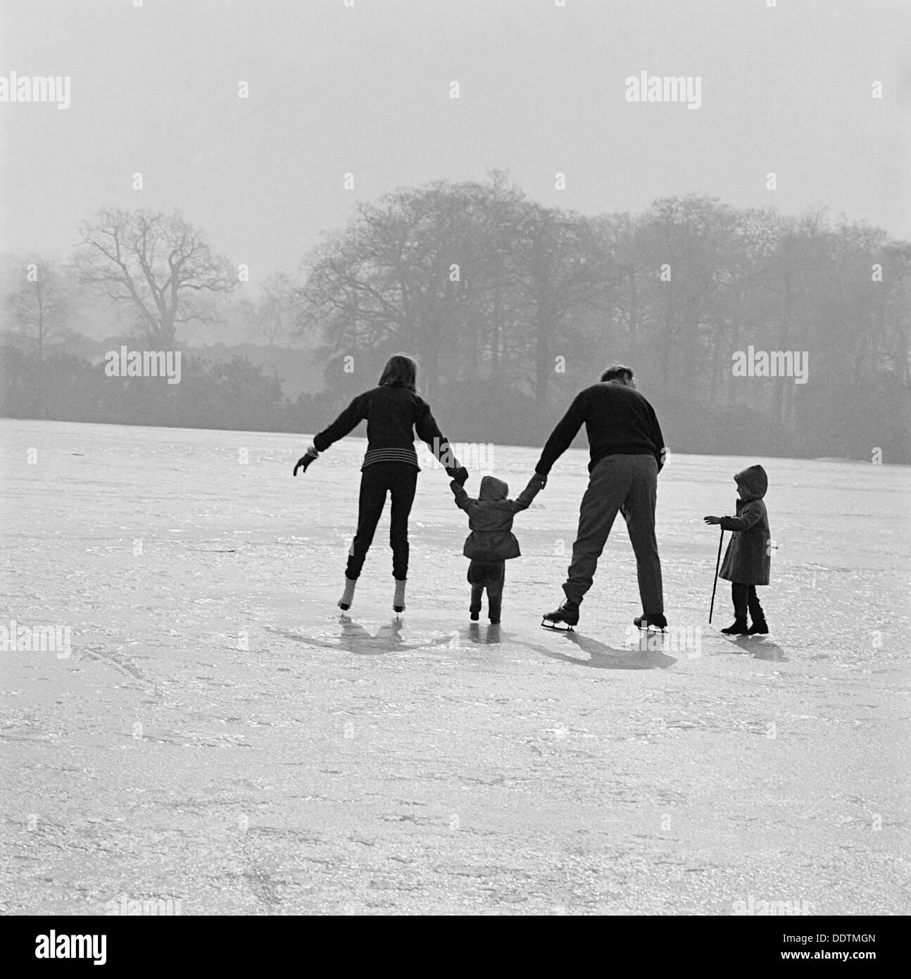 Eislaufen im Richmond Park, London, 1962-1964. Künstler: John Gay Stockbild