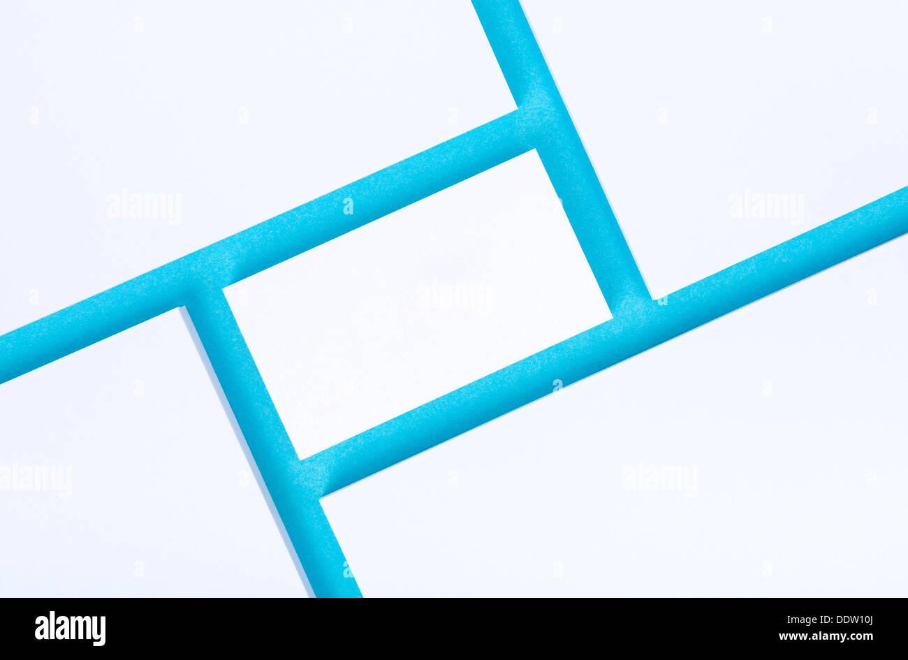 Leere Visitenkarte mit leeren Papiere für Firmenpräsentation oder branding Identität. Auf blauem Papierhintergrund isoliert. Stockbild