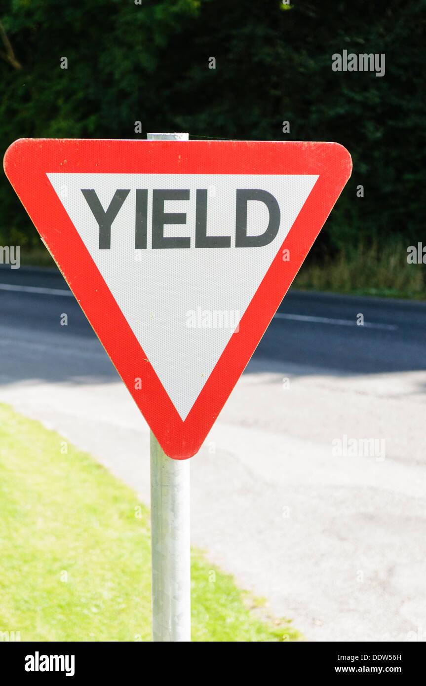 Ertrag (Vorfahrt) Zeichen auf einem irischen Landstraße Stockbild