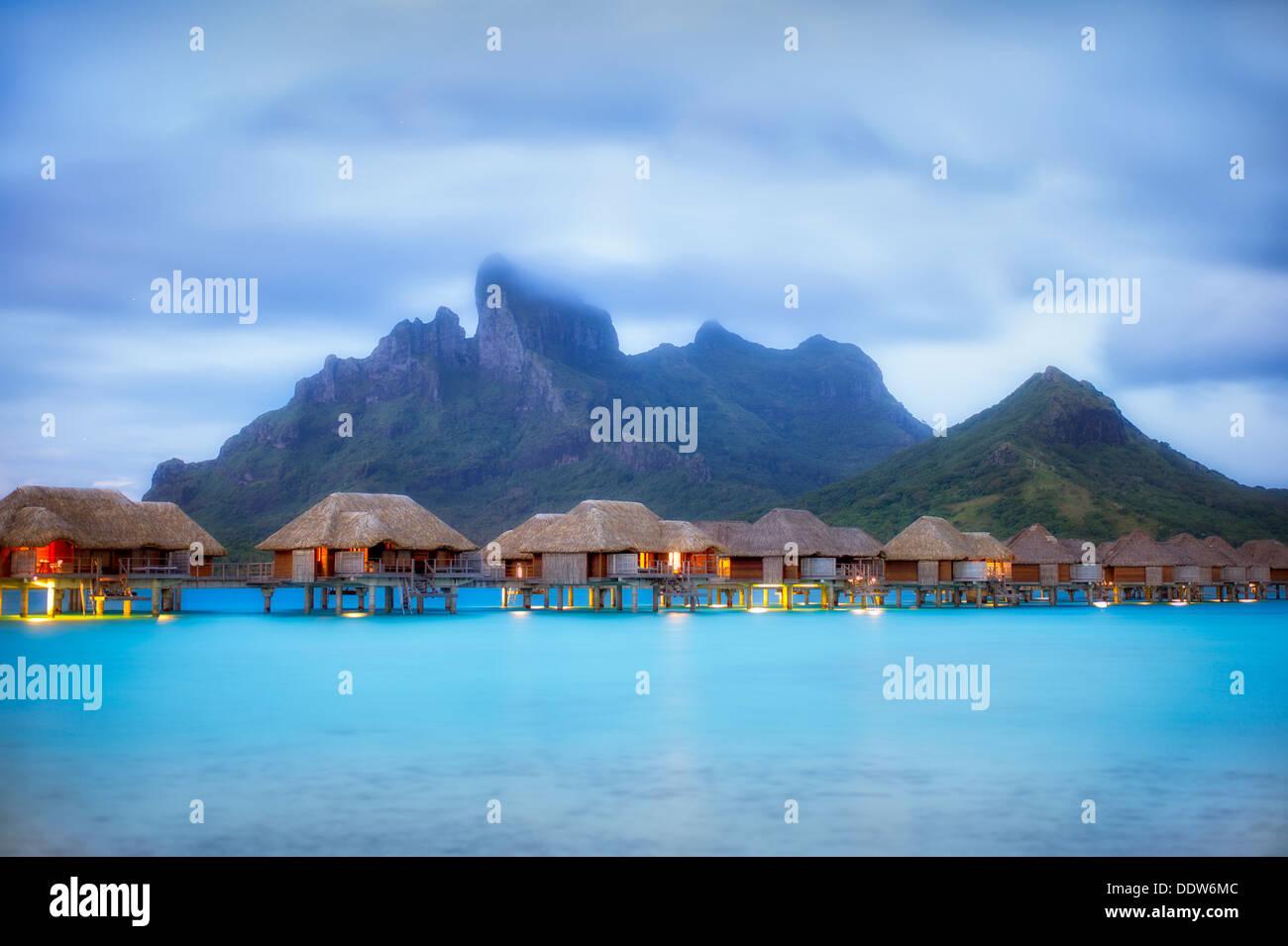 Vor Sonnenaufgang und Bungalows. Bora Bora. Französisch-Polynesien. Stockbild
