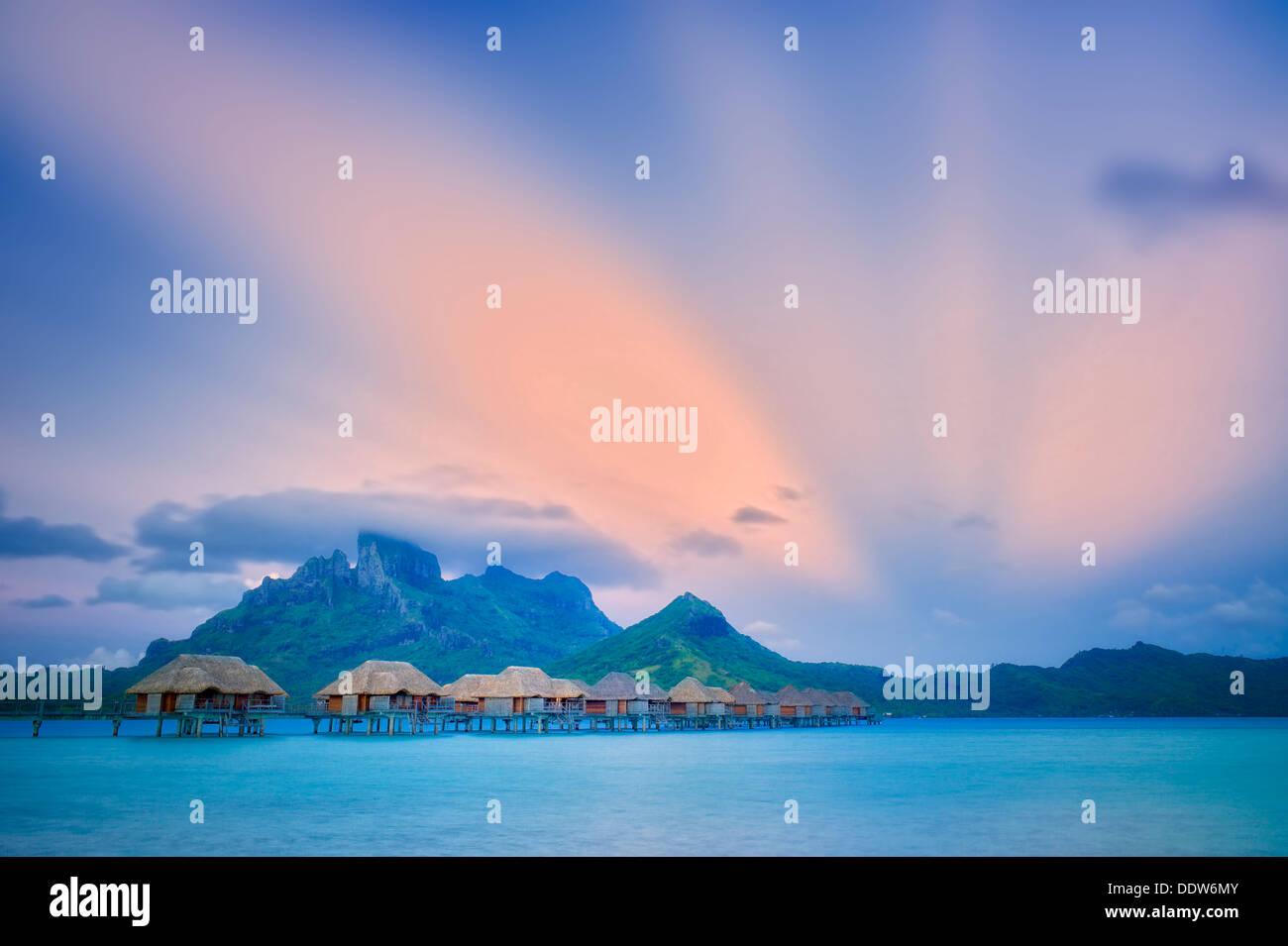 Sunrise und Bungalows. Bora Bora. Französisch-Polynesien. Stockbild
