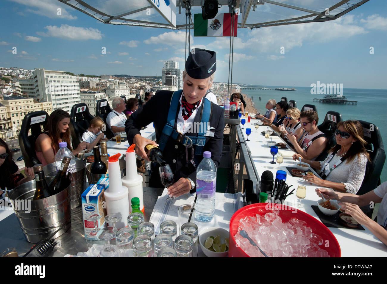 British Airways Stewardess serviert Getränke an Gäste 100 Fuß hoch ...