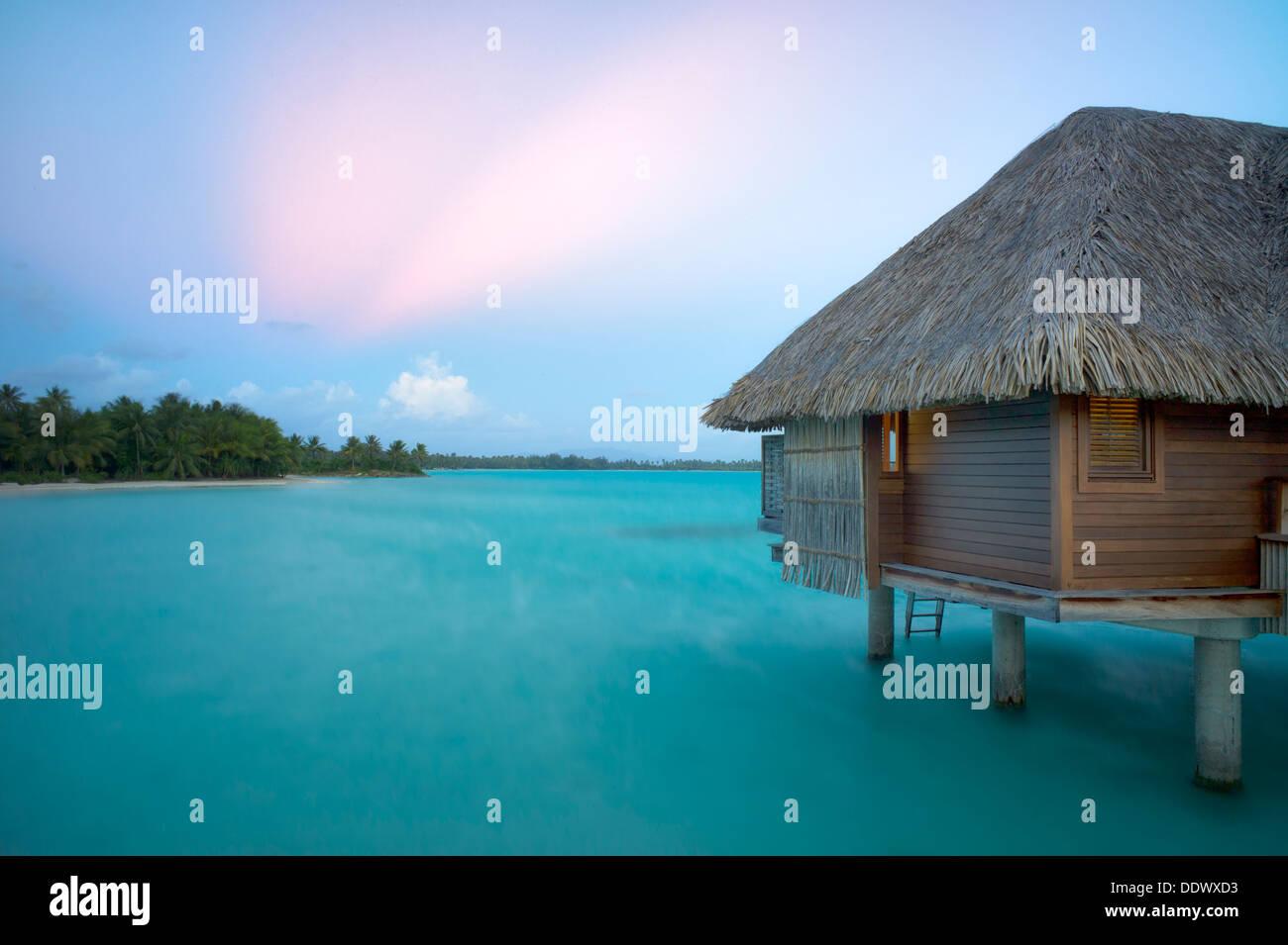 Die Bungalows über dem Wasser. Bora Bora. Französisch-Polynesien Stockbild