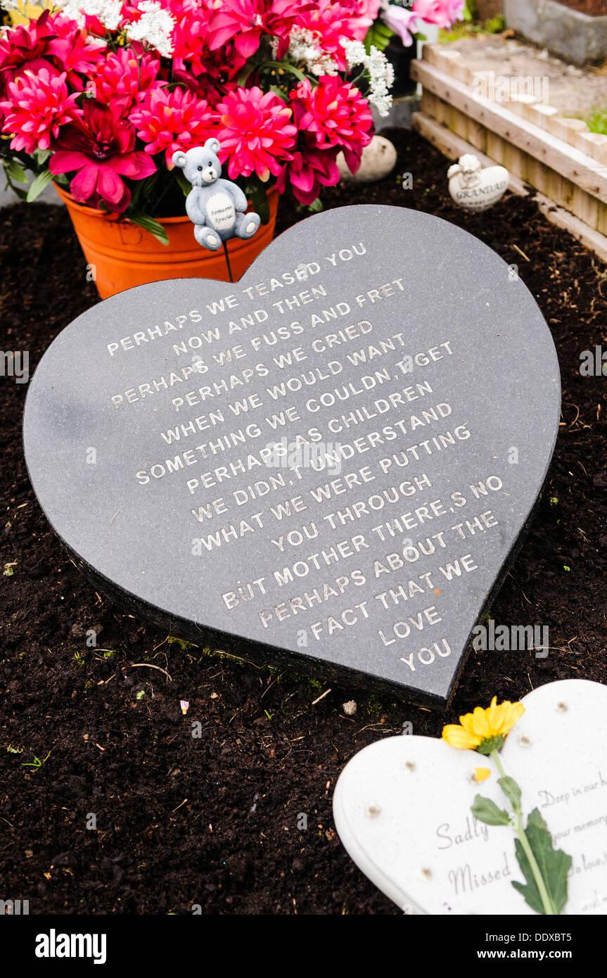 """Epitaph auf einem Grab sagen """"vielleicht haben wir Sie gehänselt... Als Kinder wir vielleicht nicht verstehen, was setzten wir Sie aber """" Stockbild"""