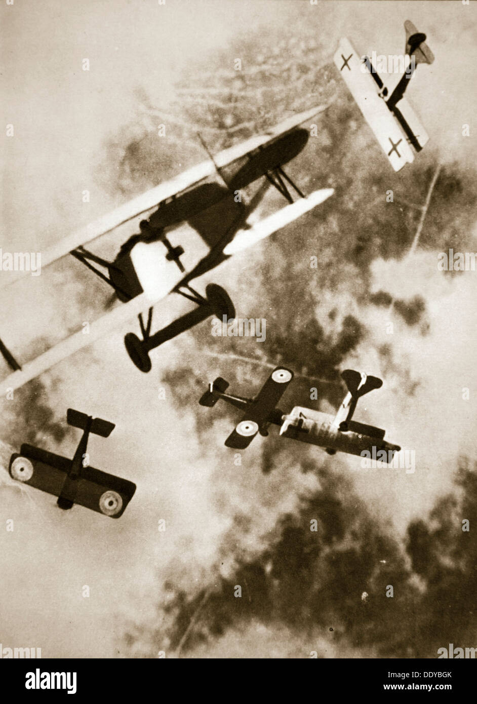 Luftkampf zwischen britischen und deutschen Flugzeuge, Weltkrieg, c1916-c1918. Künstler: unbekannt Stockfoto