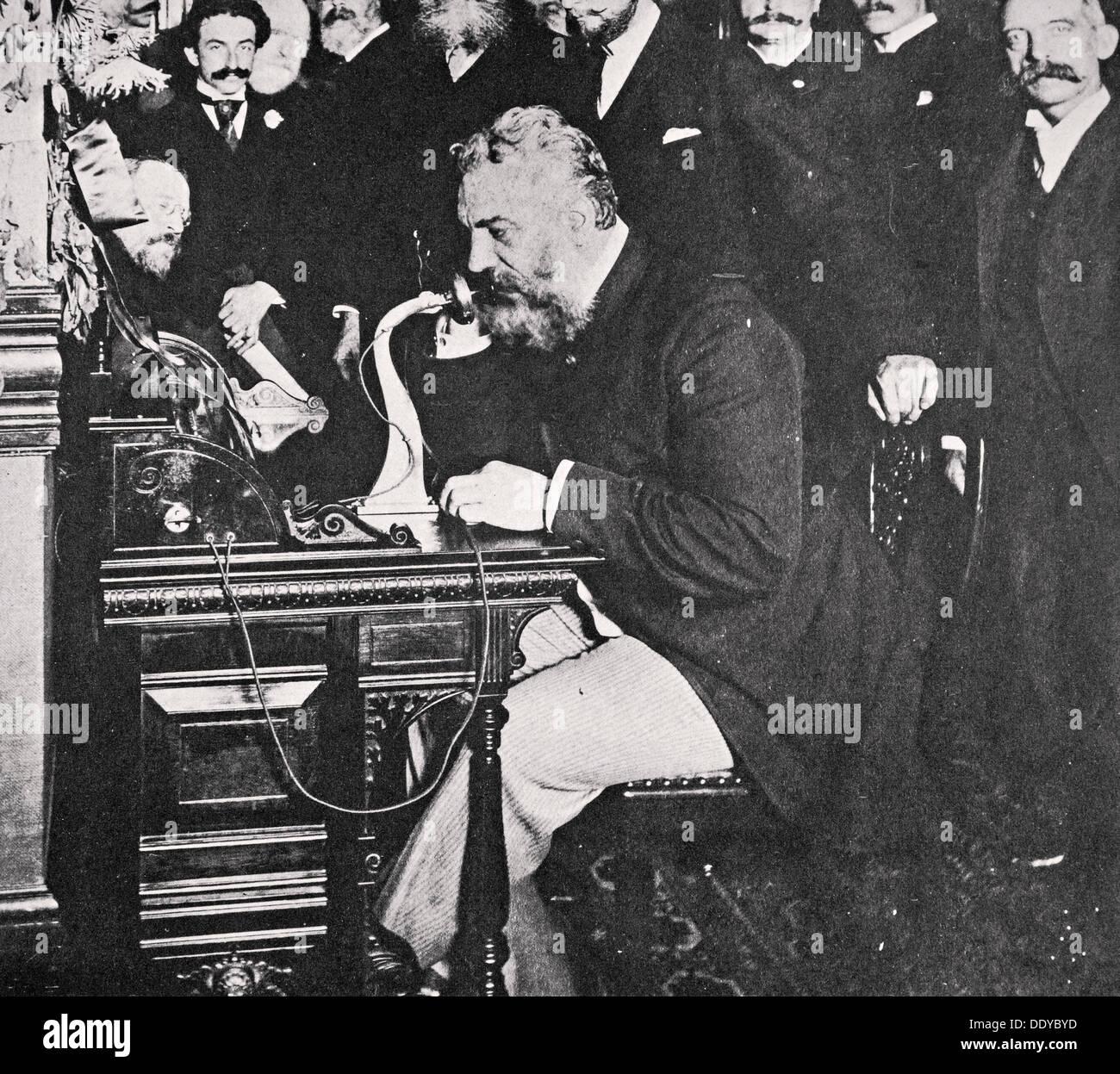Alexander Graham Bell macht das erste Telefongespräch zwischen New York und Chicago, USA, 1892. Künstler: unbekannt Stockbild