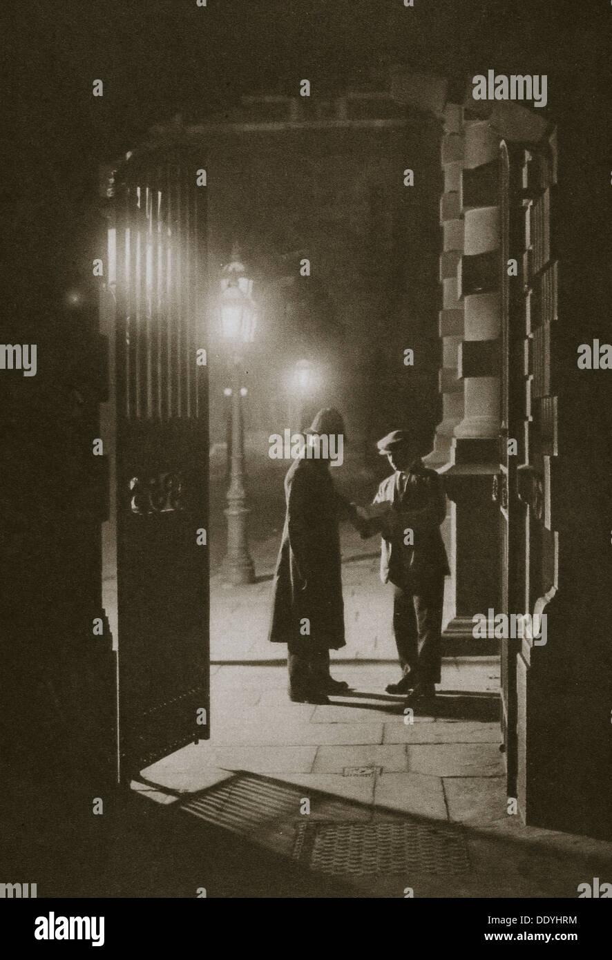 Scotland Yard in den frühen Morgenstunden von morgen, Embankment, London, 20. Jahrhundert. Künstler: unbekannt Stockbild