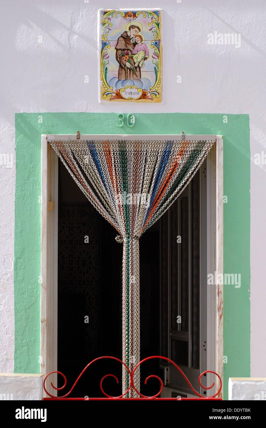 Eine Tür mit Holz Perlen Vorhang aus Bambus mit bemalten Dose ...