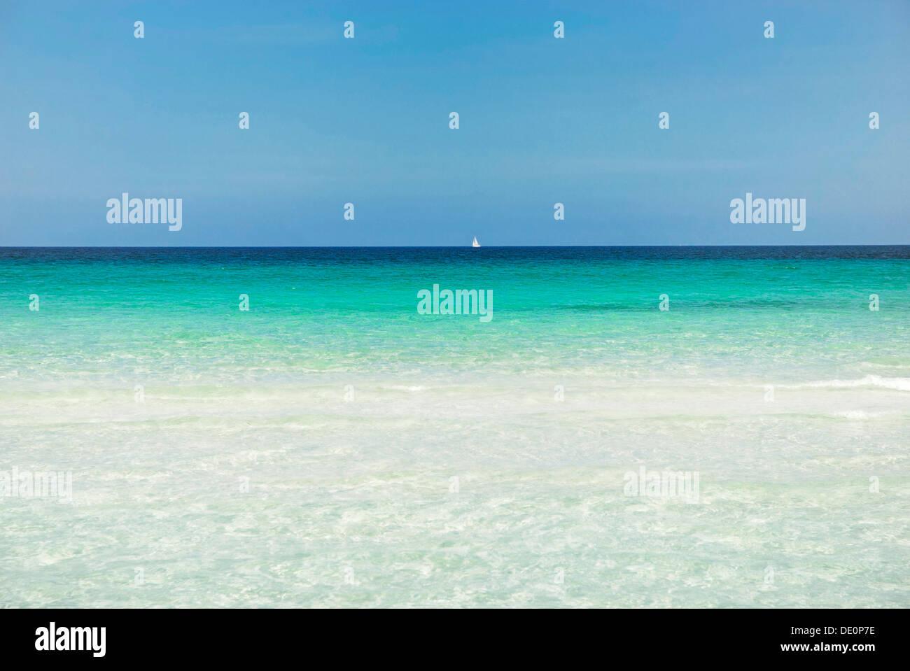 Horizont mit Segelschiff, türkisfarbenen Meer mit Sandstrand, La Cinta, Sardinien, Italien, Europa Stockbild